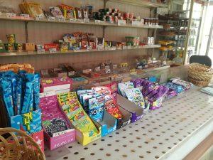 山見阪商店には懐かしいお菓子がたくさん!